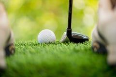 Χτυπήστε τη σφαίρα γκολφ στοκ εικόνες με δικαίωμα ελεύθερης χρήσης