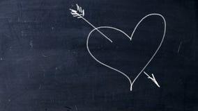 Χτυπημένη βέλος καρδιά Χειρόγραφη κιμωλία σε έναν μαύρο πίνακα κιμωλίας Καρδιά βλαστών βελών Cupid ελεύθερη απεικόνιση δικαιώματος