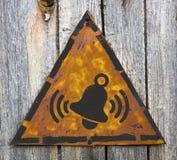 Χτυπώντας εικονίδιο κουδουνιών στο σκουριασμένο προειδοποιητικό σημάδι. Στοκ φωτογραφία με δικαίωμα ελεύθερης χρήσης