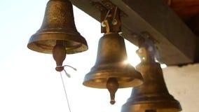 Χτυπώντας κουδούνια σε έναν ορθόδοξο ναό απόθεμα βίντεο