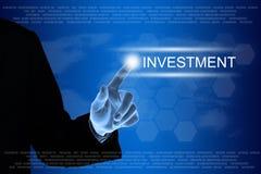 Χτυπώντας κουμπί επένδυσης επιχειρησιακών χεριών στην οθόνη αφής Στοκ Φωτογραφίες