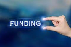Χτυπώντας κουμπί χρηματοδότησης χεριών Στοκ φωτογραφία με δικαίωμα ελεύθερης χρήσης