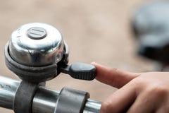 χτυπώντας κουδούνι στο ποδήλατο Στοκ Εικόνες