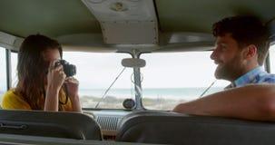 Χτυπώντας φωτογραφία γυναικών του άνδρα camper van 4k απόθεμα βίντεο