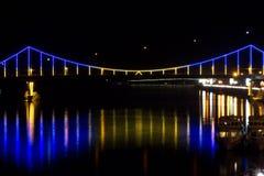 Χτύπημα μιας γέφυρας πέρα από τον ποταμό Στοκ Φωτογραφία