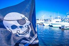 Χτύπημα σημαιών πειρατών στον αέρα σε μια μαρίνα Στοκ φωτογραφία με δικαίωμα ελεύθερης χρήσης