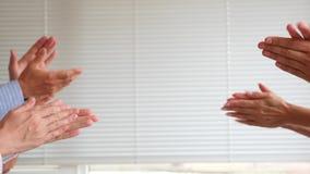 Χτύπημα των χεριών στο άσπρο υπόβαθρο 4K κίνηση αργή διάστημα αντιγράφων απόθεμα βίντεο