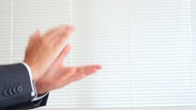 Χτύπημα των χεριών στο άσπρο υπόβαθρο 4k, σε αργή κίνηση διάστημα αντιγράφων φιλμ μικρού μήκους