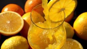 Χυμένος χυμός από πορτοκάλι κοντά επάνω απόθεμα βίντεο