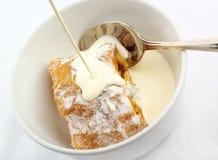 χυμένο κρέμα strudel μήλων Στοκ εικόνες με δικαίωμα ελεύθερης χρήσης