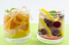 Χυμοί ροδάκινων και σμέουρων με τις φέτες φρούτων σε ένα στριμμένο γυαλί Στοκ φωτογραφία με δικαίωμα ελεύθερης χρήσης