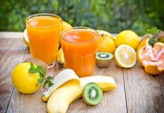 Χυμοί φρούτων που γίνονται με τα τροπικά (εξωτικά) φρούτα Στοκ φωτογραφίες με δικαίωμα ελεύθερης χρήσης