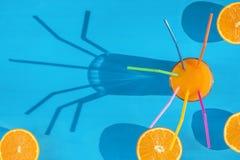 Χυμός από πορτοκάλι και τεμαχισμένα πορτοκάλια στον ήλιο Στοκ εικόνες με δικαίωμα ελεύθερης χρήσης