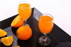 Χυμός από πορτοκάλι με τις φέτες του πορτοκαλιού Στοκ φωτογραφία με δικαίωμα ελεύθερης χρήσης