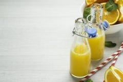 Χυμός από πορτοκάλι, πορτοκάλια, άσπρο υπόβαθρο, διάστημα για το κείμενο Στοκ φωτογραφία με δικαίωμα ελεύθερης χρήσης