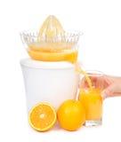 Χυμός από πορτοκάλι που συμπιέζεται με το juicer στο γυαλί Στοκ Εικόνα