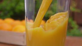 Χυμός από πορτοκάλι που χύνεται σε ένα γυαλί απόθεμα βίντεο