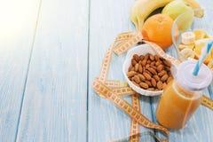 Χυμός από πορτοκάλι στο γυαλί, νωποί καρποί στο ξύλινο υπόβαθρο υγιεινά τρόφιμα, διατροφή και αποτοξίνωση στοκ φωτογραφία με δικαίωμα ελεύθερης χρήσης