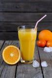 Χυμός από πορτοκάλι και μισό πορτοκάλι Στοκ Φωτογραφία