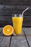 Χυμός από πορτοκάλι και μισό πορτοκάλι Στοκ φωτογραφία με δικαίωμα ελεύθερης χρήσης