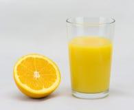 Χυμός από πορτοκάλι & μισό πορτοκάλι Στοκ φωτογραφία με δικαίωμα ελεύθερης χρήσης