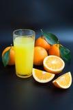 Χυμός από πορτοκάλι σε ένα μαύρο υπόβαθρο Στοκ φωτογραφία με δικαίωμα ελεύθερης χρήσης