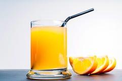 Χυμός από πορτοκάλι στον μπλε πίνακα Στοκ Εικόνες