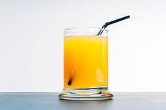 Χυμός από πορτοκάλι στον μπλε πίνακα Στοκ Φωτογραφία