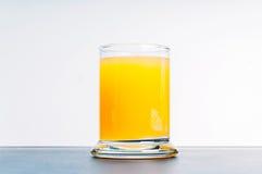 Χυμός από πορτοκάλι στον μπλε πίνακα Στοκ φωτογραφίες με δικαίωμα ελεύθερης χρήσης