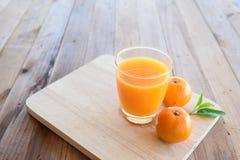 Χυμός από πορτοκάλι στο ξύλινο υπόβαθρο στοκ φωτογραφία