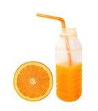 Χυμός από πορτοκάλι στο πλαστικό μισό πορτοκάλι φετών μπουκαλιών που απομονώνεται στο whi Στοκ εικόνα με δικαίωμα ελεύθερης χρήσης