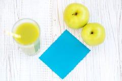 Χυμός και κάρτα της Apple Τοπ όψη διάστημα αντιγράφων Η έννοια είναι healt Στοκ φωτογραφία με δικαίωμα ελεύθερης χρήσης