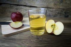 Χυμός και μήλα της Apple σε έναν ξύλινο πίνακα Στοκ εικόνες με δικαίωμα ελεύθερης χρήσης