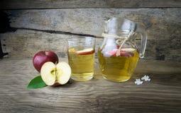 Χυμός και μήλα της Apple σε έναν ξύλινο πίνακα Στοκ φωτογραφίες με δικαίωμα ελεύθερης χρήσης