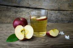 Χυμός και μήλα της Apple σε έναν ξύλινο πίνακα Στοκ φωτογραφία με δικαίωμα ελεύθερης χρήσης