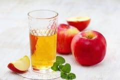 Χυμός και μήλα της Apple στον πίνακα Στοκ Εικόνα
