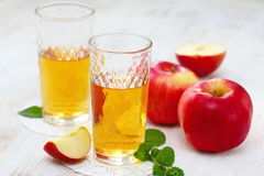 Χυμός και μήλα της Apple στον πίνακα Στοκ Εικόνες