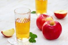 Χυμός και μήλα της Apple στον πίνακα Στοκ εικόνες με δικαίωμα ελεύθερης χρήσης