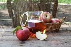 Χυμός και μήλα της Apple Χυμός της Apple σε μια διαφανή κανάτα και fre Στοκ Φωτογραφία