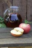 Χυμός και μήλα της Apple Χυμός της Apple σε μια διαφανή κανάτα και fre Στοκ Φωτογραφίες