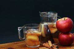 Χυμός κανέλας και μήλων Στοκ φωτογραφία με δικαίωμα ελεύθερης χρήσης