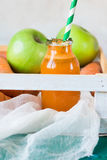 Χυμός καρότο-Apple σε ένα αγροτικό ύφος Στοκ Εικόνες