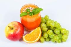 Χυμός καρότων με τα juicers φρούτων στοκ φωτογραφία με δικαίωμα ελεύθερης χρήσης