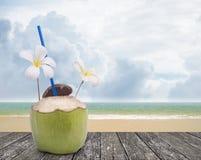 Χυμός καρύδων με τη συμπαθητική παραλία Στοκ φωτογραφία με δικαίωμα ελεύθερης χρήσης