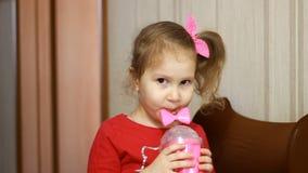 Χυμός κατανάλωσης κοριτσιών παιδιών Πορτρέτο ενός μωρού που πίνει το  απόθεμα βίντεο