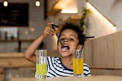 Χυμός κατανάλωσης παιδιών αφροαμερικάνων Στοκ Εικόνες