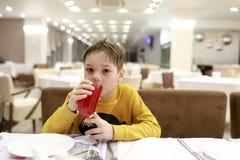 Χυμός κατανάλωσης παιδιών στοκ φωτογραφία