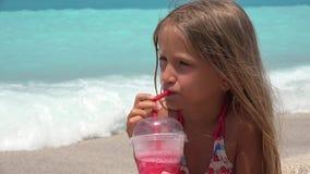 Χυμός κατανάλωσης πορτρέτου παιδιών στην παραλία, διψασμένη άποψη προσώπου κοριτσιών στην ακτή 4K απόθεμα βίντεο