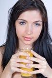 Χυμός κατανάλωσης γυναικών στοκ εικόνα
