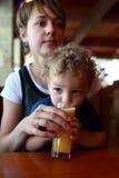 Χυμός κατανάλωσης μικρών παιδιών στοκ φωτογραφία